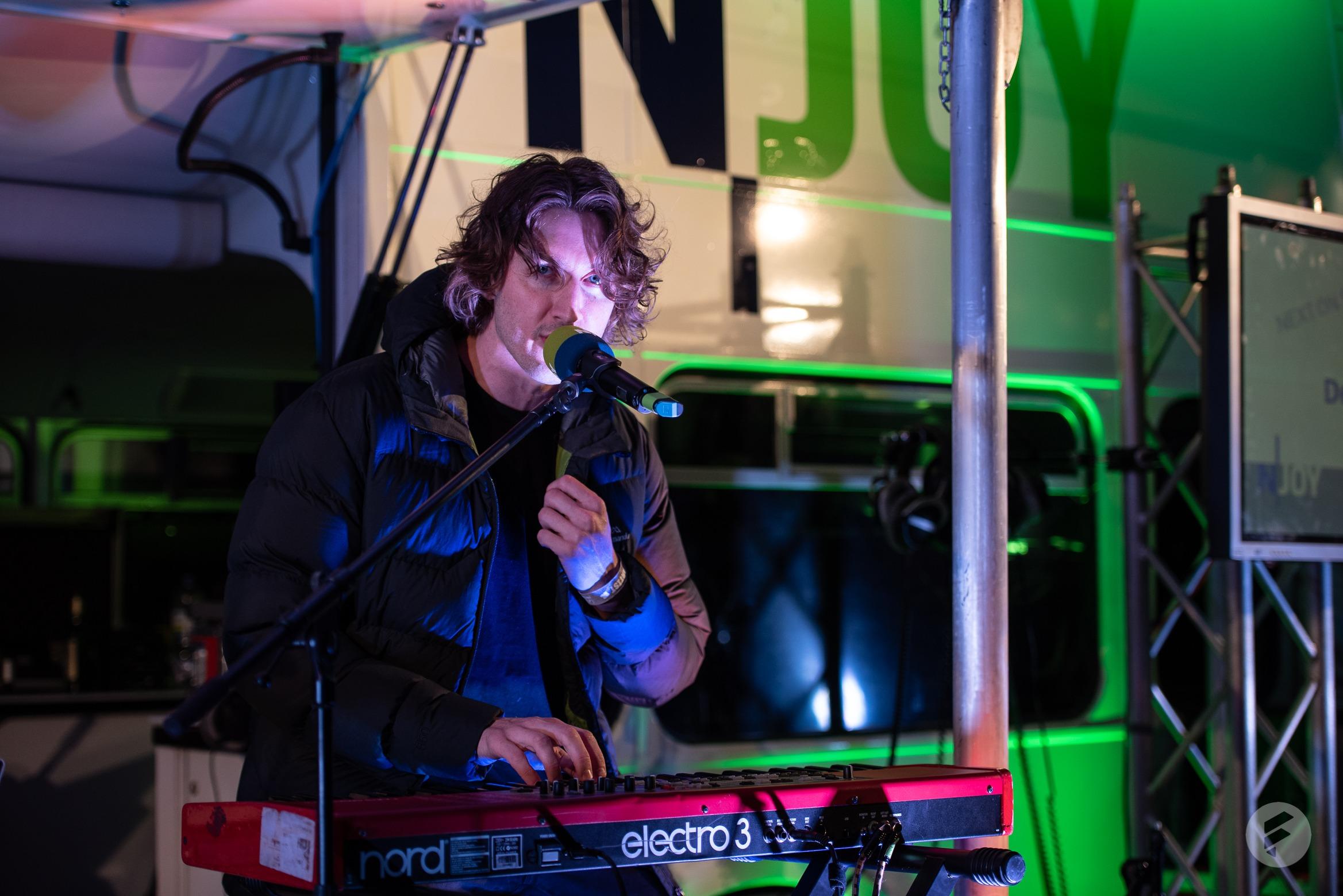 Der smarte Australier Dean Lewis spielte ein Akkustikset am N-JOY Reeperbus. (stagr / Julia Langmaack)